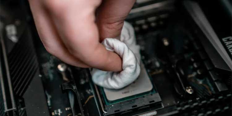 Wiping-CPU-paste