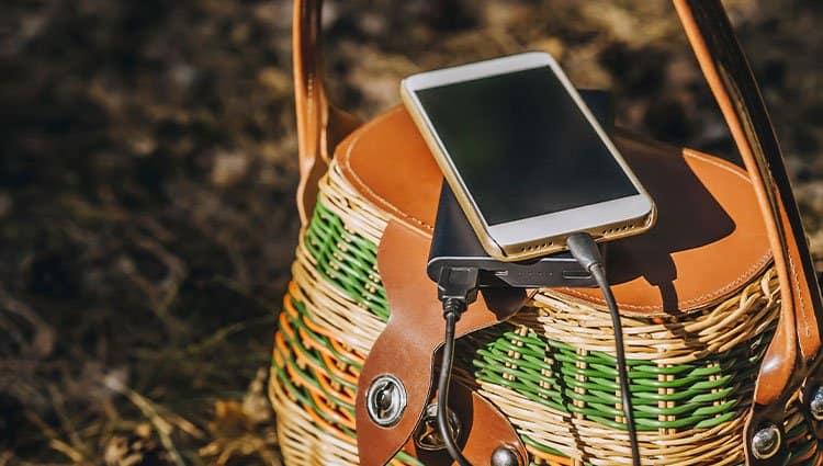 charging-phone-in-sunlight